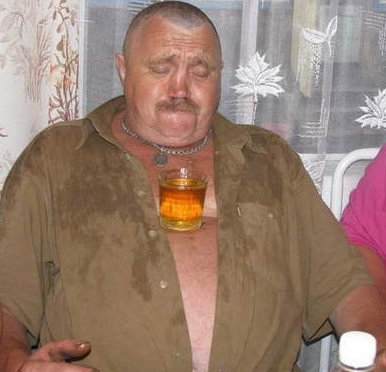 bebado-equilibrando-copo